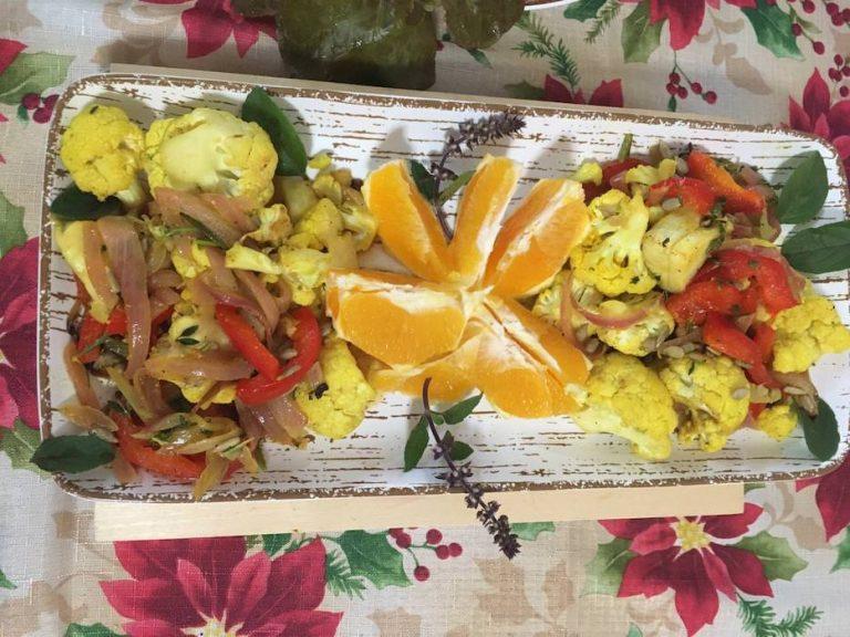 Ensalada navideña de coliflor, cúrcuma y naranja