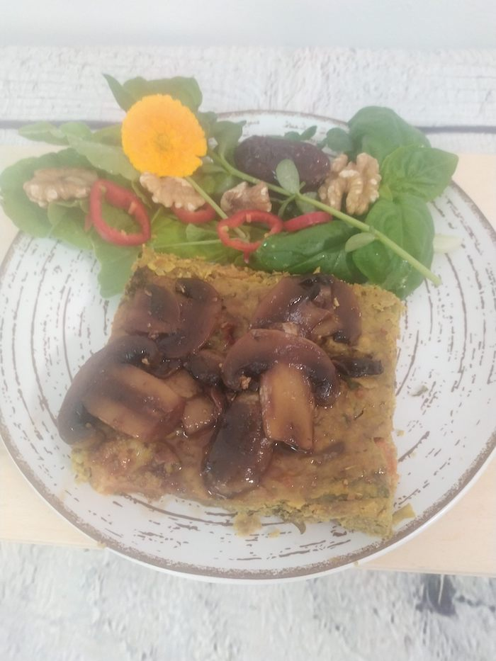 Pastel de brócoli con trigo sarraceno en salsa de champiñones